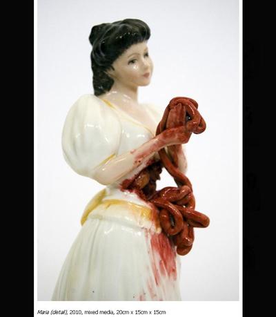 笑容可爱的陶瓷娃娃手上却沾满鲜血,并拿著自己的肠子.