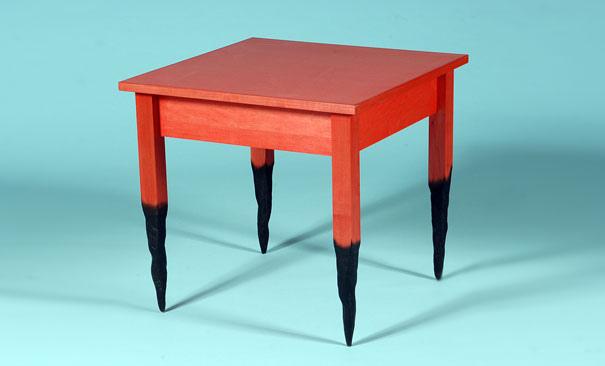 造型单脚木头桌子