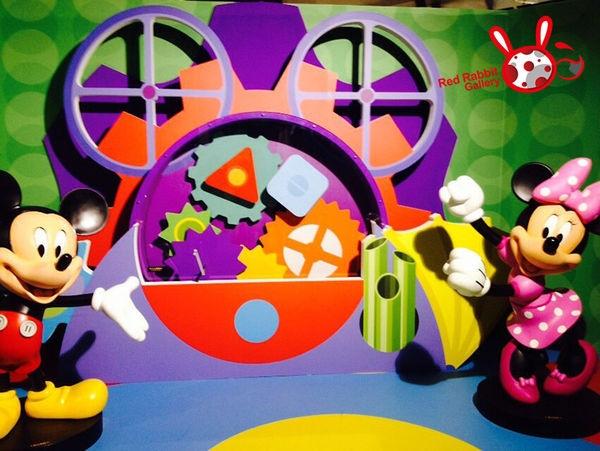 VIP DAY就一堆人排隊結帳囉~~ 逛完了這個展覽, 覺得非常充實豐富,展品內容也非常多元! 因為實在是太喜歡迪士尼了~~到現在還是回味無窮!! 雖然內心深處有點小遺憾, 希望心中那些經典卡通的相關展示可以多一些,(獅子王啦、美女與野獸、小美人魚、甚至是史迪奇等等) 但是仔細想想,迪士尼這個主題實在是太大,要涵蓋所有內容其實不易, 且展品都十分精緻活現,商品又多元平價, 主辦單位的用心經營完全是看得見的!